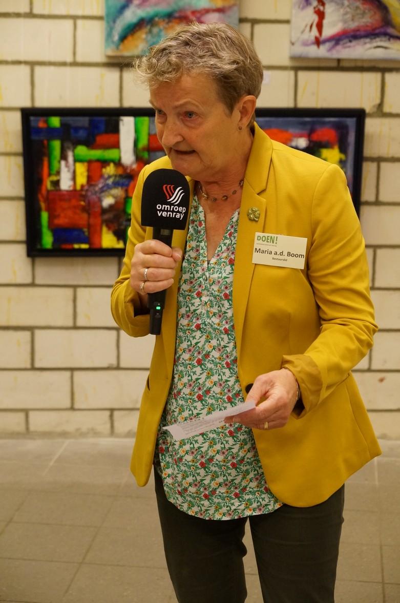 Activiteitencoördinator Maria aan den Boom tijdens interview van Omroep Venray