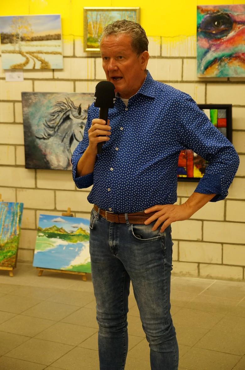 Voorzitter Victor Weijs tijdens interview van Omroep Venray
